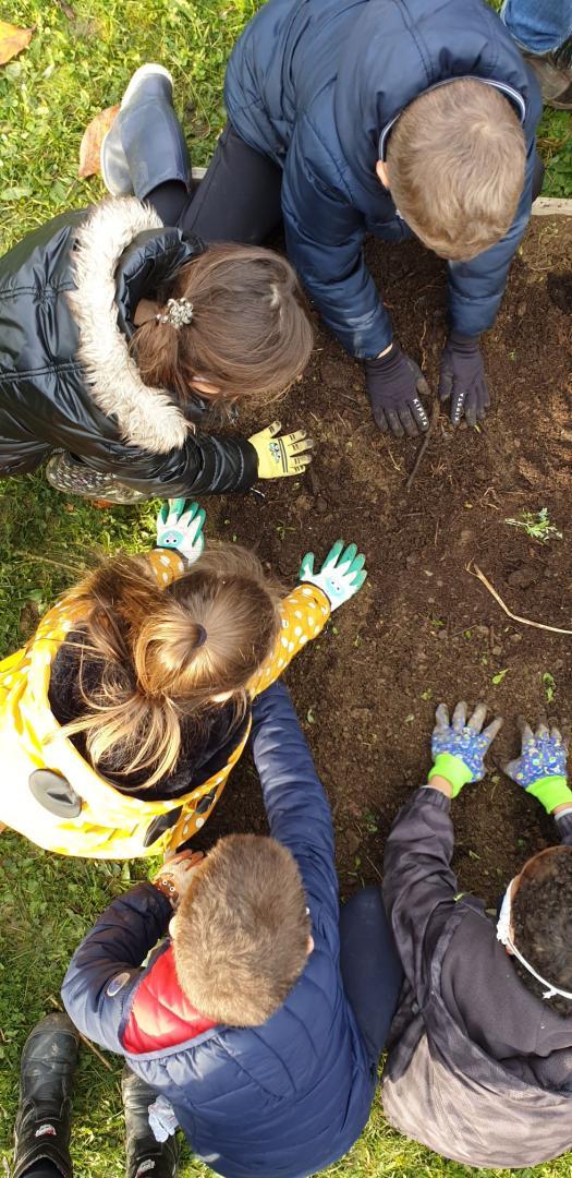 enfants qui jardinent en groupe